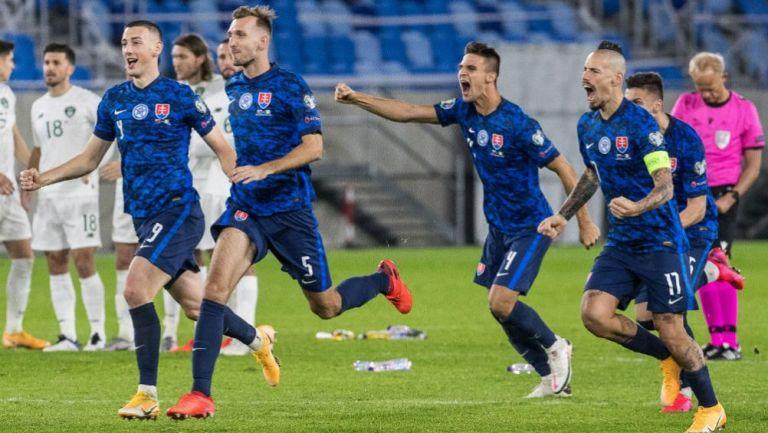 Marek Hamsik y sus compatriotas eslovacos en festejo