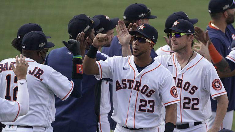 Los jugadores de Astros festejan la victoria
