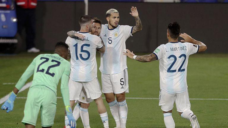 Jugadores de Argentina festejan el gol de Messi
