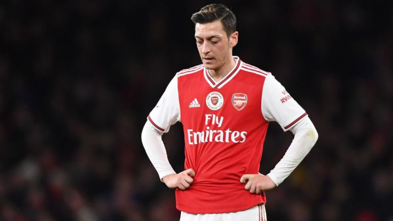Mesut Özil durante un duelo con el Arsenal en Premier League