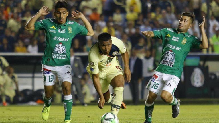 Ángel Mena y Roger Martínez en acción
