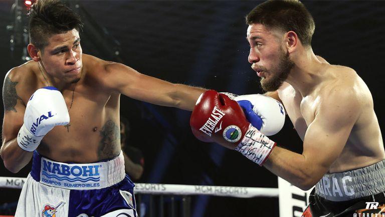 'Vaquero' Navarrete intercambia golpes con su rival