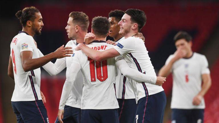 Jugadores de Inglaterra festejan el gol de la victoria
