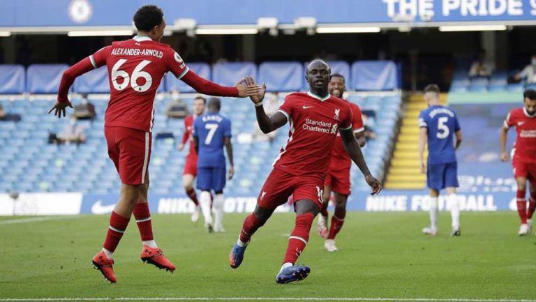 Jugadores del Liverpool festejan anotación contra los Blues