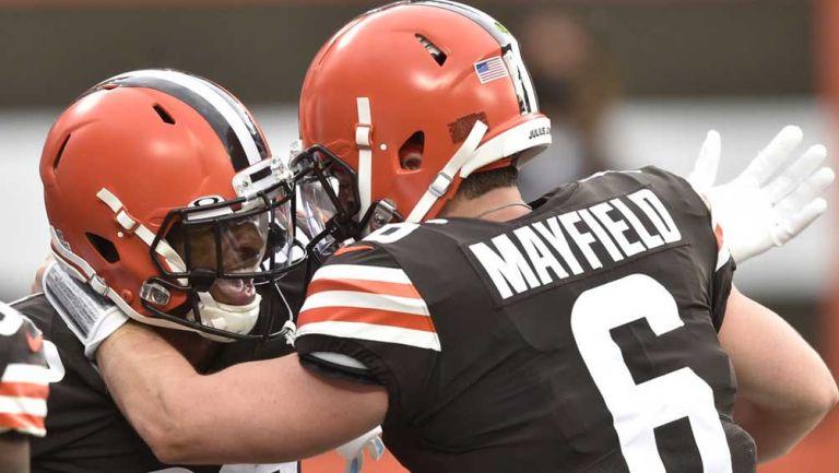 Rashard Higgins y Baker Mayfield celebran después de un touchdown