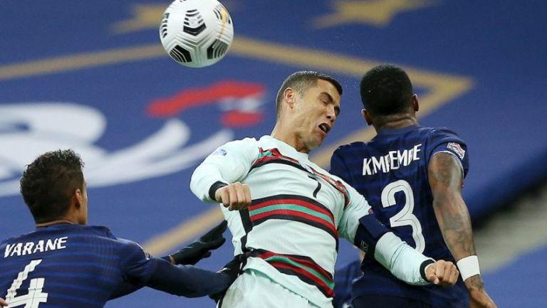 Cristiano Ronaldo disputando un balón con Kimpembe