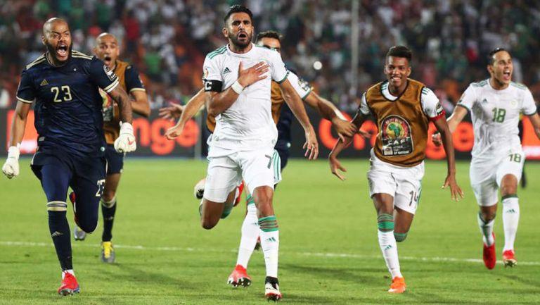 Riyad Mahrez y sus compañeros festejan victoria de Argelia