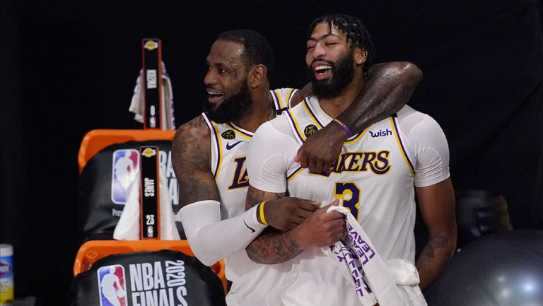 LeBron James y  Anthony Davis festejan el título de Lakers