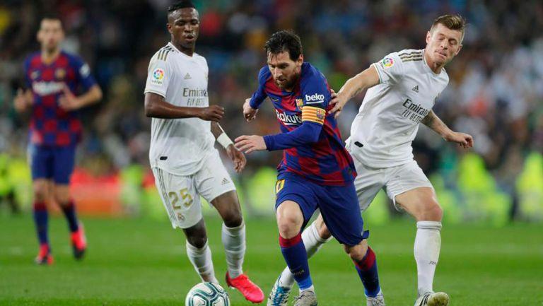 Messi y Toni Kroos durante el Clásico de España
