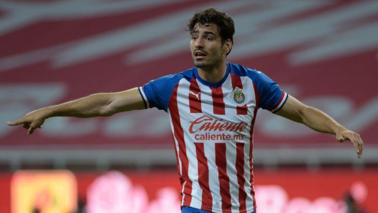 Pollo Briseño durante un duelo con Chivas en Liga MX