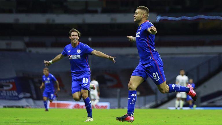 Cabecita Rodríguez festeja un gol con Cruz Azul