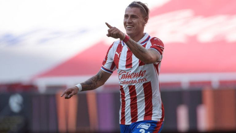Chicote Calderón festeja un gol con Chivas en el Akron