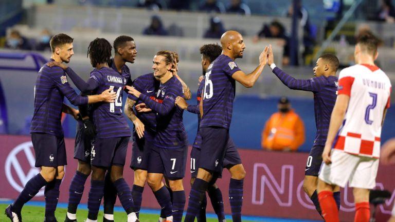 Jugadores de Francia festejan un tanto de Mbappé