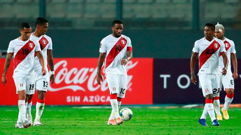 Jugadores de Perú tras la derrota ante Brasil