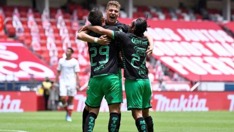 Jugadores de Santos festejan el gol
