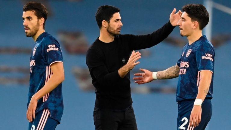 Mikel Arteta consolando a sus jugadores después de la derrota