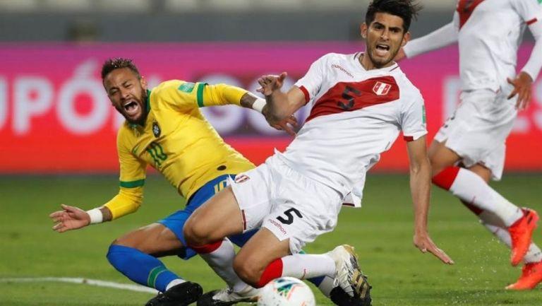 Neymar y Zambrano en una jugada