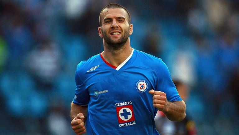 El Tito Villa festeja un gol  con Cruz Azul