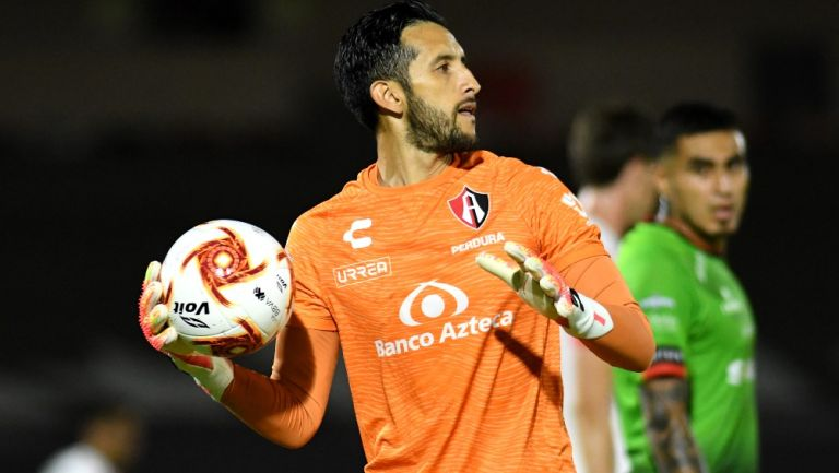 Camilo Vargas durante un partido con Atlas