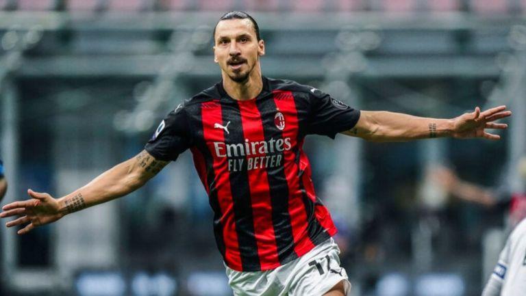 Zlatan Ibrahimovic festejando luego de anotar su segundo gol