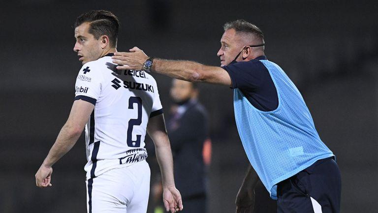 Andrés Lillini da instrucciones en un partido de Pumas