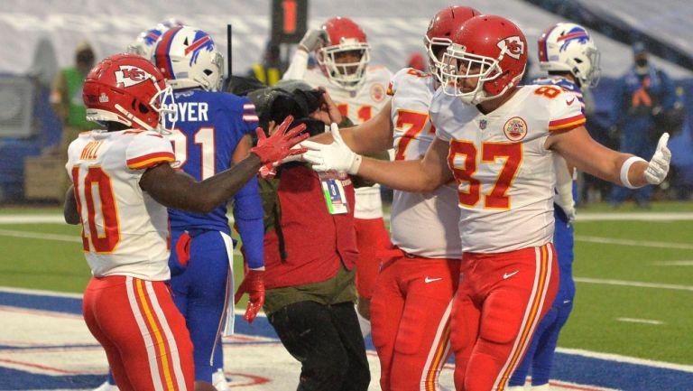 Kelce festeja uno de sus touchdowns contra Bills
