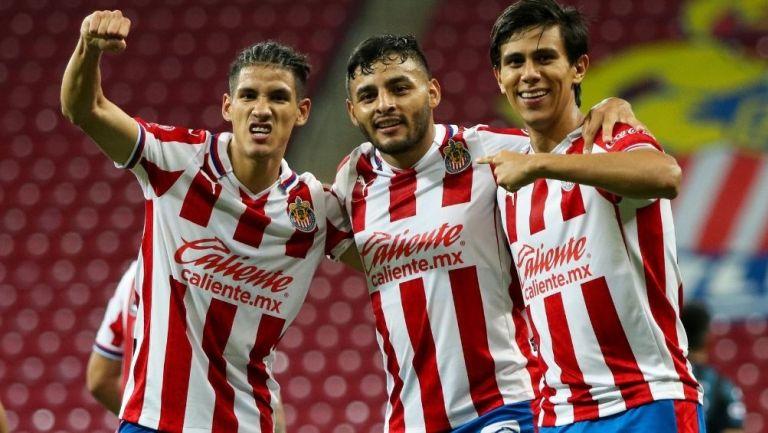 Antuna, Vega y Macías en un partido de Chivas