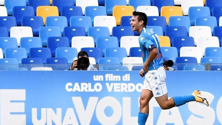 Hirving Lozano durante un partido con Napoli