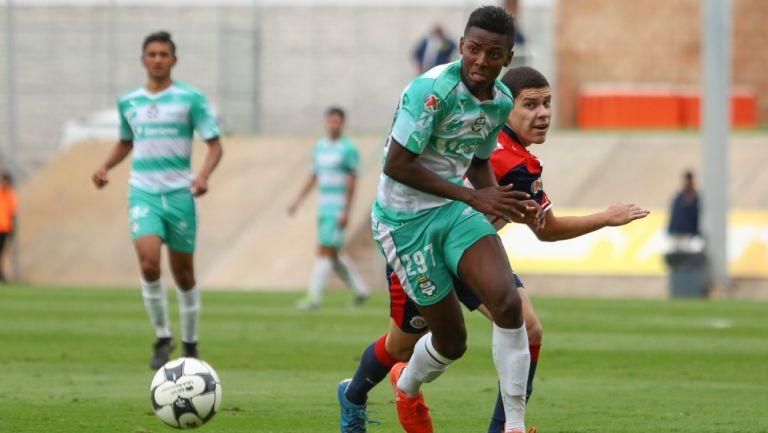 Joao Maleck durante un partido con Santos Sub 20