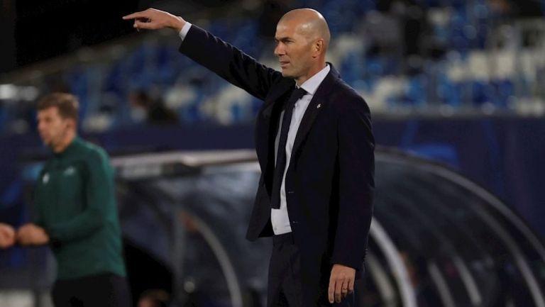 Zinedine Zidane dirigiendo un partido del Real Madrid