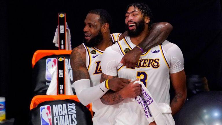 James y Davies tras ser campeones con los Lakers