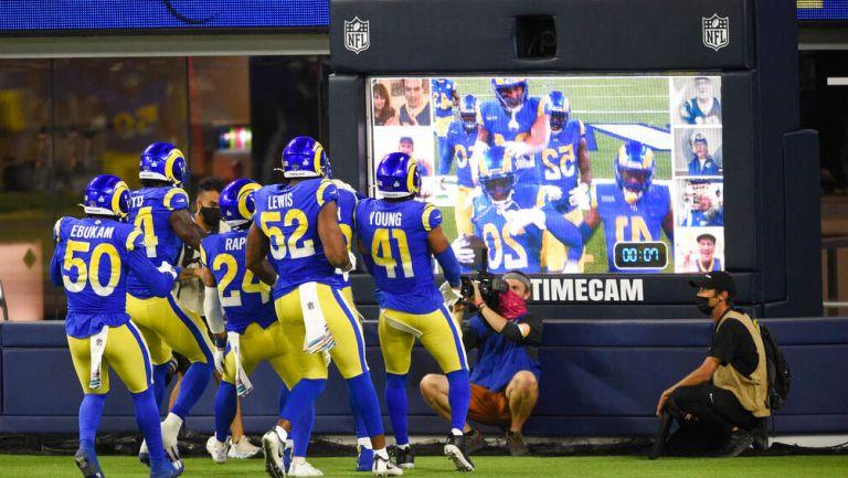 Los jugadores de los Rams festejan anotación contra Bears