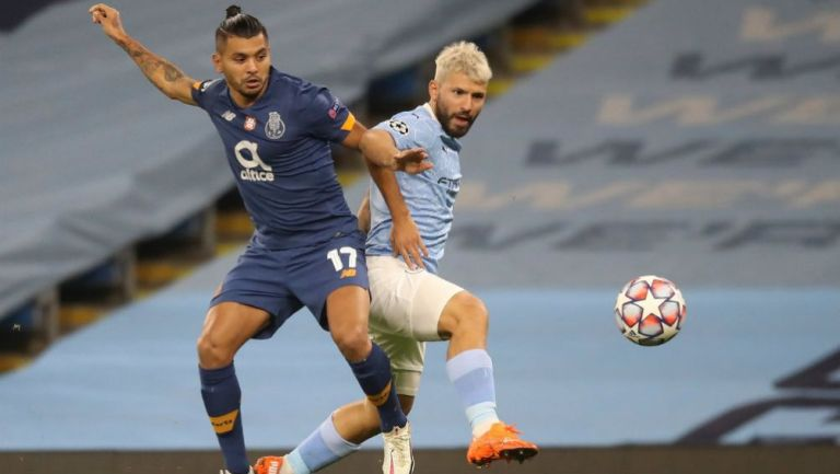 Tecatito Corona en acción ante Manchester City