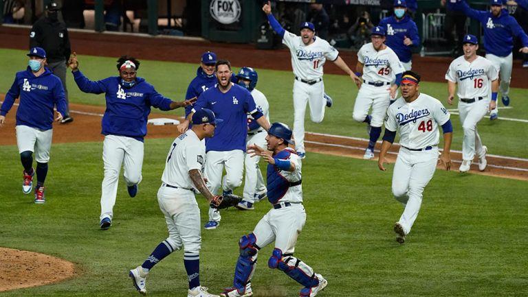 Jugadores de Dodgers corren con Urías para festejar el título