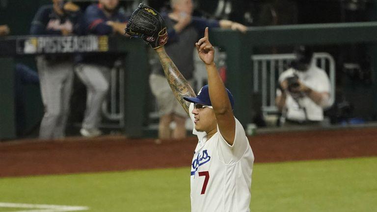 Julio Urías festeja en un juego con Dodgers