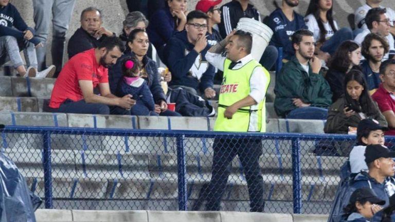 Vendedor de cerveza en el Olímpico Universitario