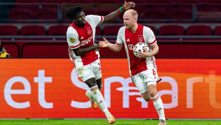 Davy Klaassen y Lassina Taroré celebrando un gol a favor del Ajax