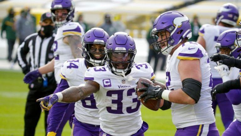 Dalvin Cook celebrando con sus compañeros un touchdown