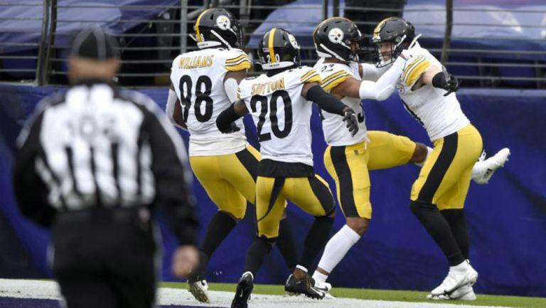 Jugadores de Pittsburgh celebran touchdown
