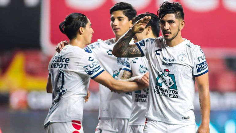 Víctor Guzmán celebra un gol con Pachuca
