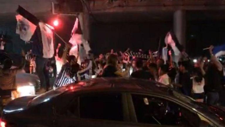 Aficionados de Monterrey en la Macroplaza celebrando el título de Copa MX