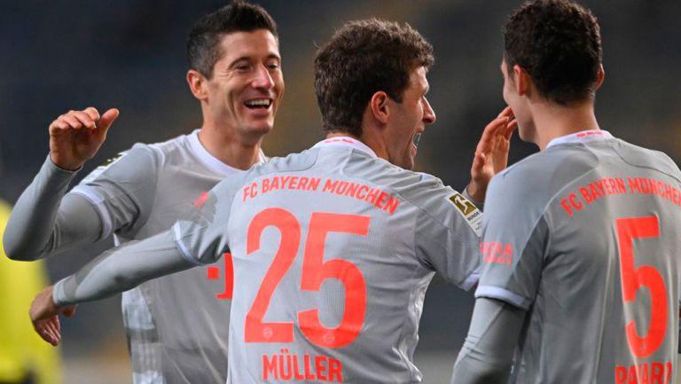 Jugadores del Bayern celebran una de sus anotaciones