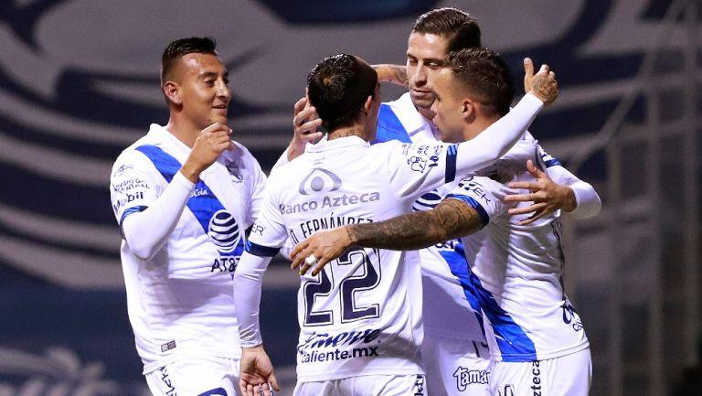 Jugadores del Puebla celebran gol vs San Luis
