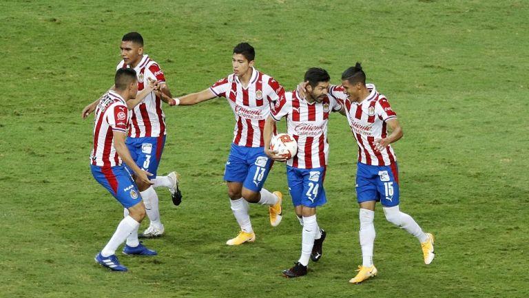 Jugadores de Chivas celebran gol vs Rayados