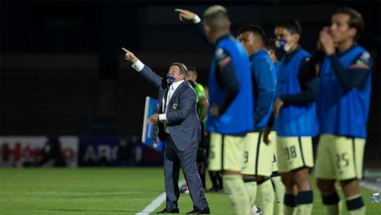 Miguel Herrera da indicaciones en el partido vs Juárez