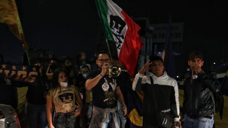 La Rebel apoyando previo al partido vs Cruz Azul