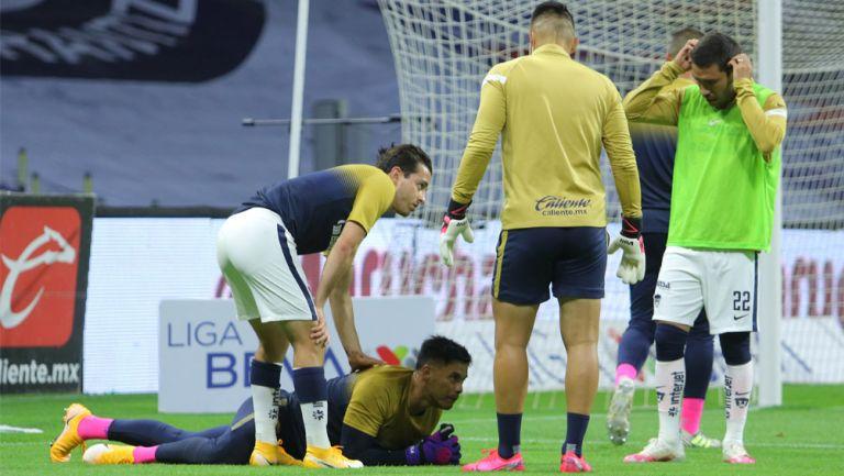 Talavera recibe el apoyo de sus compañeros tras lesión