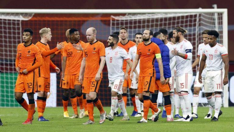 Jugadores de Holanda y España en saludo