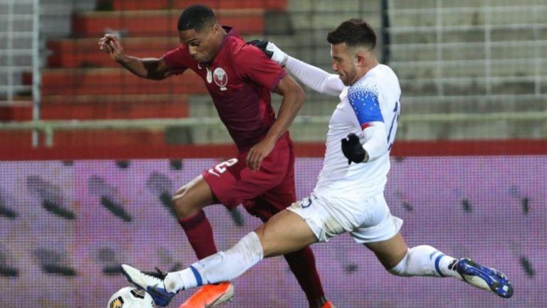 Jugadores de Costa Rica y Catar disputando un balón