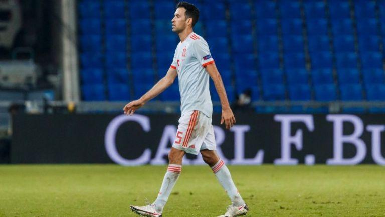 Sergio Busquets saliendo de cambio en el partido entre España y Suiza